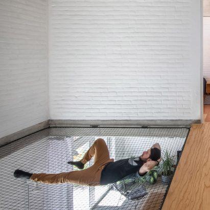 """Fábrica de Espacios strings """"big hammock"""" between two floors of Casa Bosque Sereno – Architecture – Dezeen"""